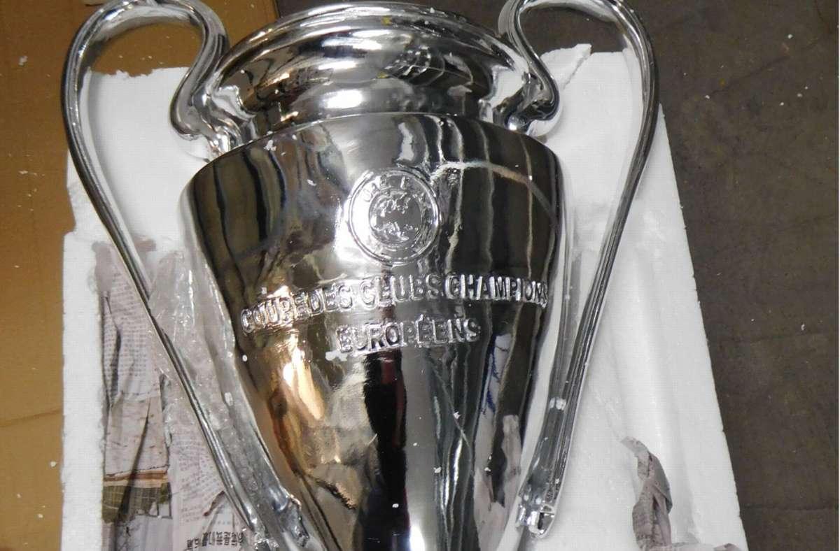 Den Pokal durfte der Mann nicht behalten. Foto: dpa
