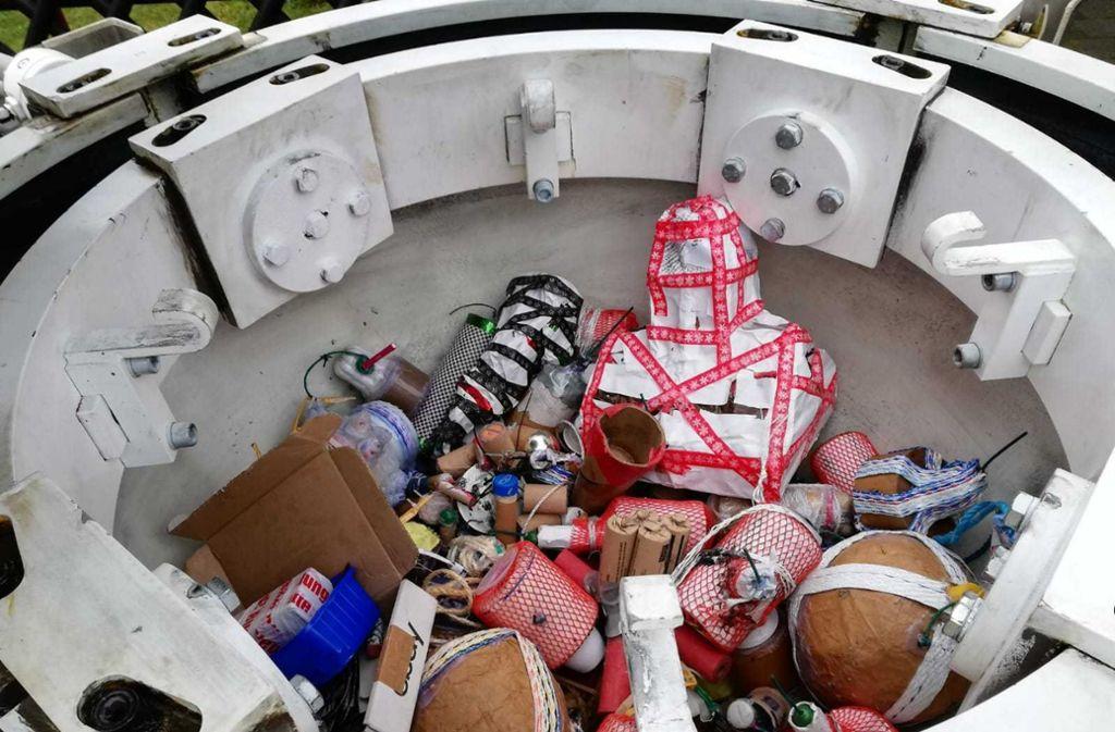 Sichergestellte Feuerwerkskörper in einem Spezialbehälter. Foto: Staatsanwaltschaft Köln