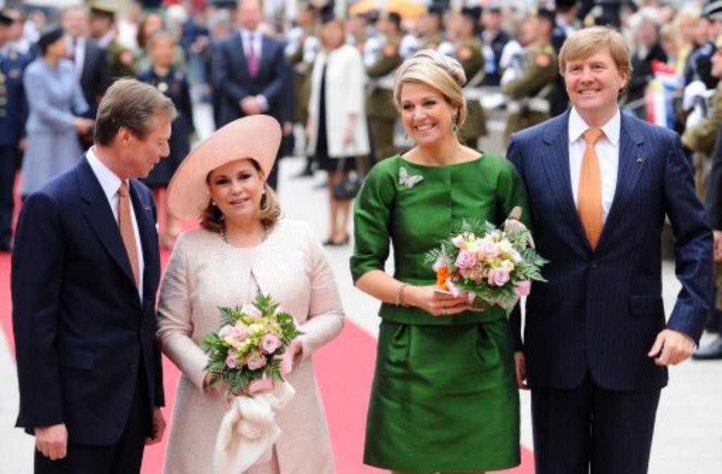 Am Freitag sind König Willem-Alexander (rechts) und Königin Máxima von Luxemburgs Großherzog Henri (links) und seiner Frau Maria Teresa (zweite von links) in Luxemburg empfangen worden. Foto: dpa