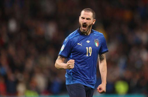 Ordnerin im Wembley-Stadion hält Leonardo Bonucci zurück