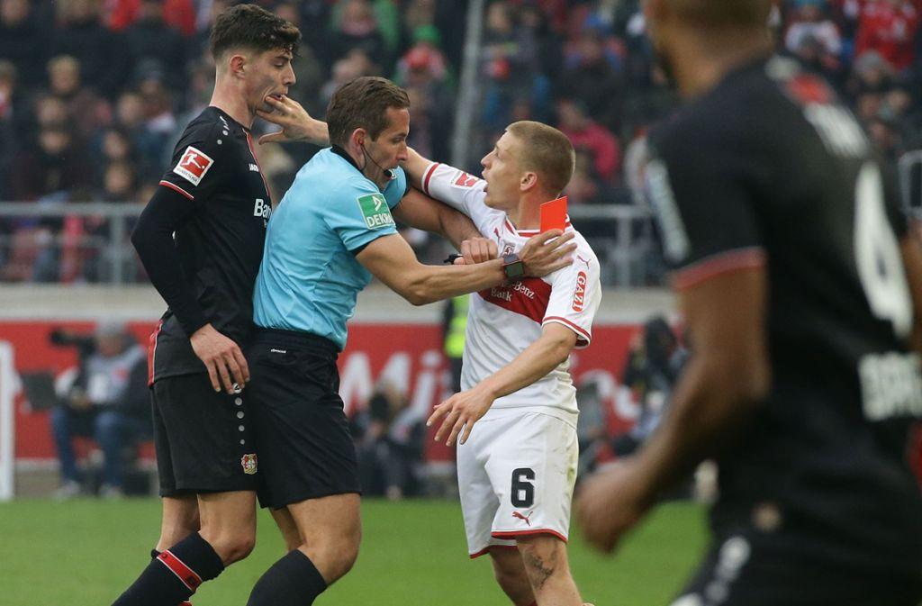 Schiedsrichter Tobias Stieler muss sich zwischen Santiago Ascacibar (re.) und Kai Havertz werfen. Foto: Baumann