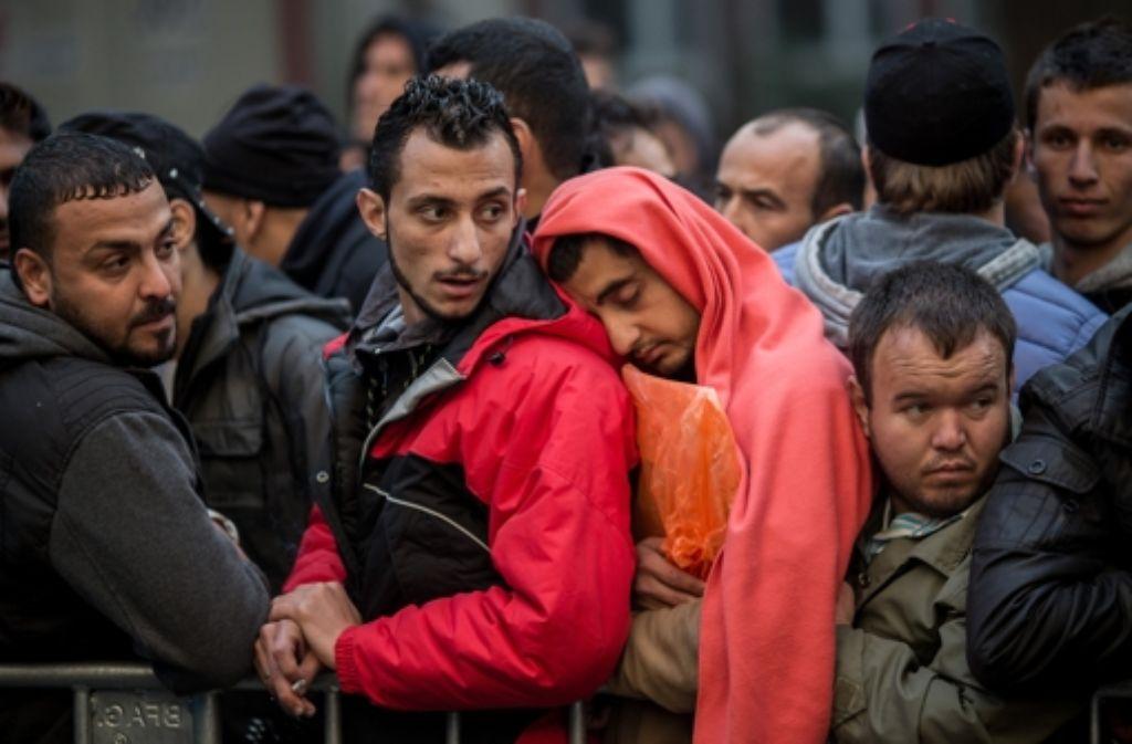 Erschöpfte  Flüchtlinge nach ihrer Ankunft in Deutschland. Foto: dpa