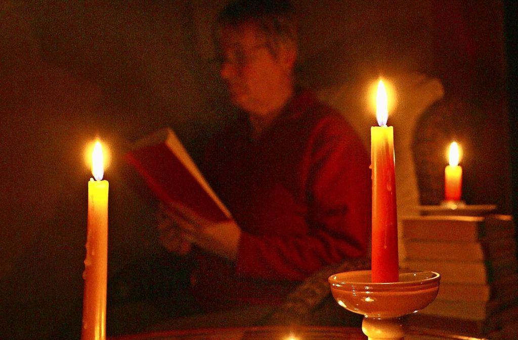 Ein Abend mit Kerzen und Buch statt Fernseher Foto: dpa