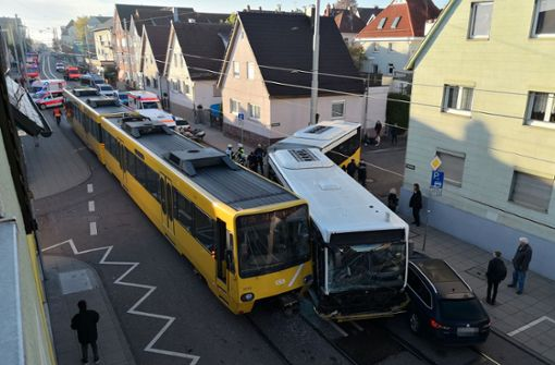 Stadtbahn und Linienbus krachen ineinander