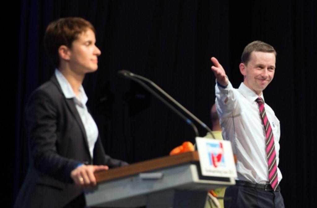Ein klarer Sieg: Frauke Petry übernimmt die Führung der AfD, der Parteigründer Bernd Lucke muss eine bittere Niederlage hinnehmen. Foto: dpa