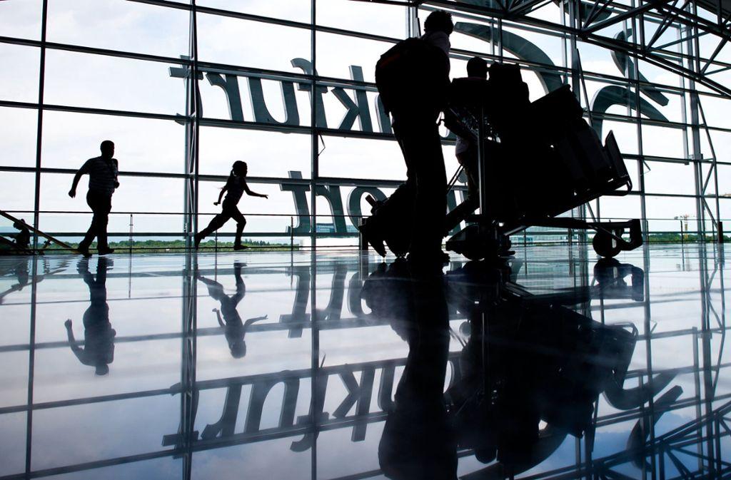 Das Sicherheitspersonal am Frankfurter Flughafen soll am Dienstag die Arbeit niederlegen. Zahlreiche Passagiere werden von den Auswirkungen betroffen sein. Foto: dpa