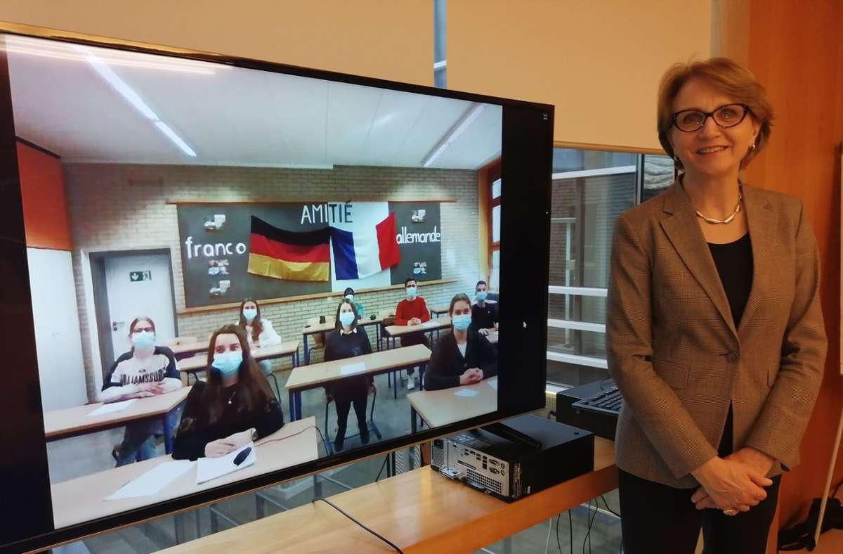 Botschafterin Anne-Marie Descôtes in Berlin mit ihren digitalen Gesprächspartnern aus der J1 des GiPS Foto: Gymnasium in den Pfarrwiesen