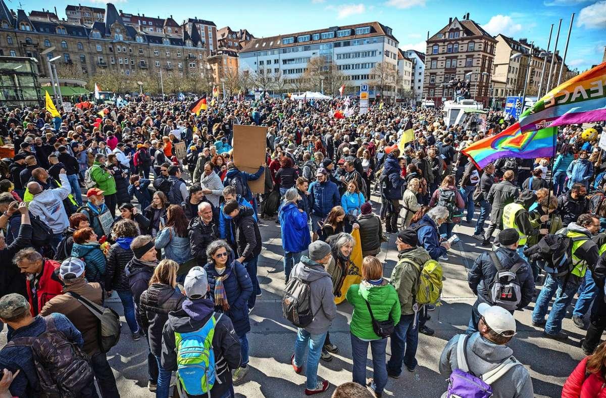 Zum Auftakt der berüchtigten Querdenker-Demo am 3. April hatten sich zahlreiche unmaskierte Demonstranten auf dem Marienplatz versammelt. Foto: dpa/Christoph Schmidt