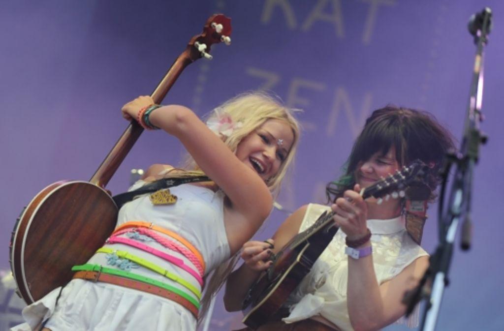 Solveig Heilo (li.) und Anne Marit Bergheim  von der norwegischen Band Katzenjammer Foto: dpa