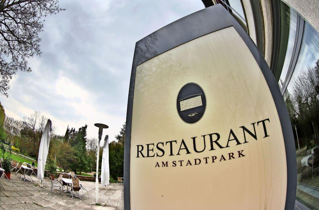 Das Restaurant der Stadthalle  hat eine der schönsten Terrassen in der Stadt, trotzdem ist am 31. Juli auf unabsehbare Zeit Schluss mit dem Betrieb. Foto: Horst Rudel