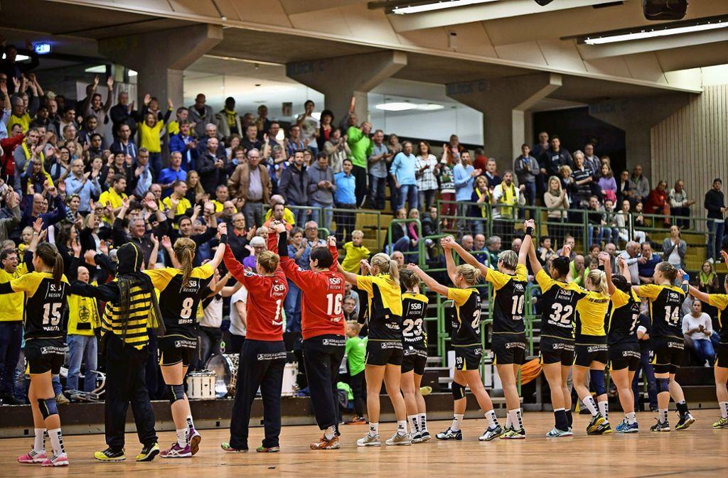 Die Bundesliga-Handballerinnen  der Schwaben Hornets wollen auch künftig die gute Stimmung bei Heimspielen nicht missen. Foto: Michael Steinert/Archiv