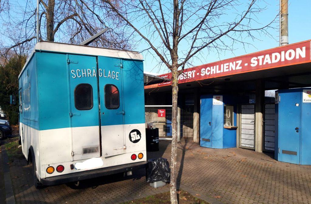 Der Schräglage-Foodtruck steht bereits seit Anfang vergangener Woche vor dem Robert-Schlienz-Stadion. Die VfB-Mitarbeiter der Geschäftsstelle bekommen dort ein Mittagsangebot. Foto: Philipp /Maisel