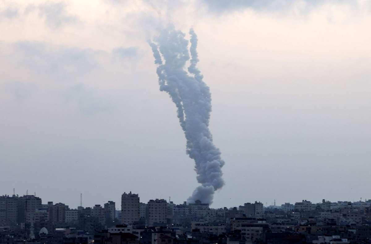 Die Raketen wurden auch aus Gaza-Stadt abgefeuert und hinterlassen Rauchfahnen. Foto: AFP/MAHMUD HAMS