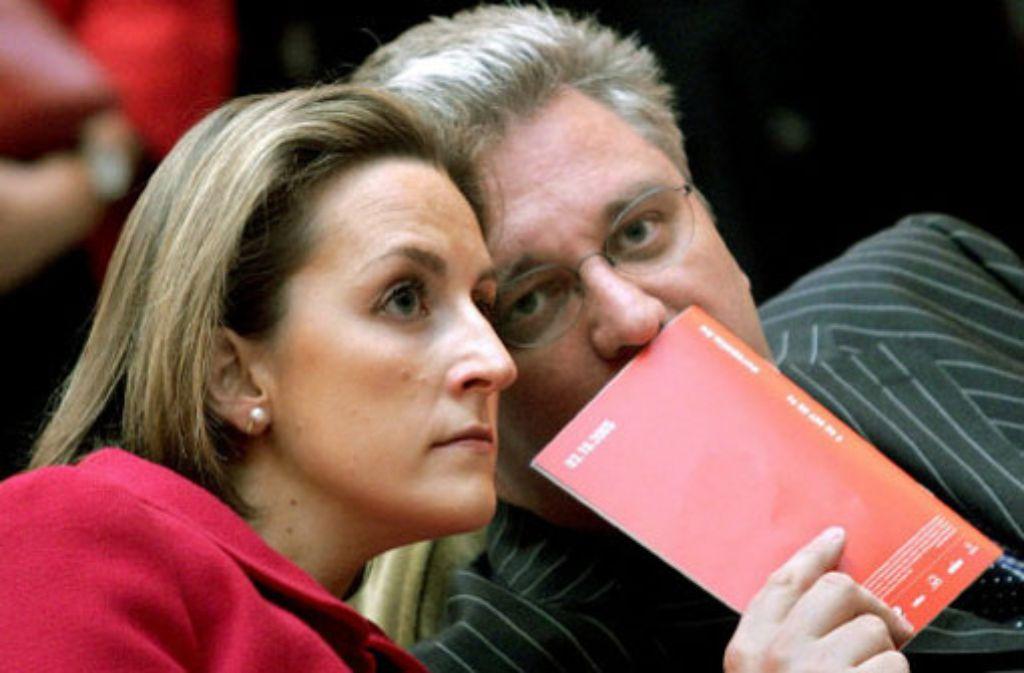 Der belgische Prinz Laurent - hier im Jahr 2005 mit seiner Frau Prinzessin Claire - leidet an einer schweren Lungenentzündung. Foto: dpa