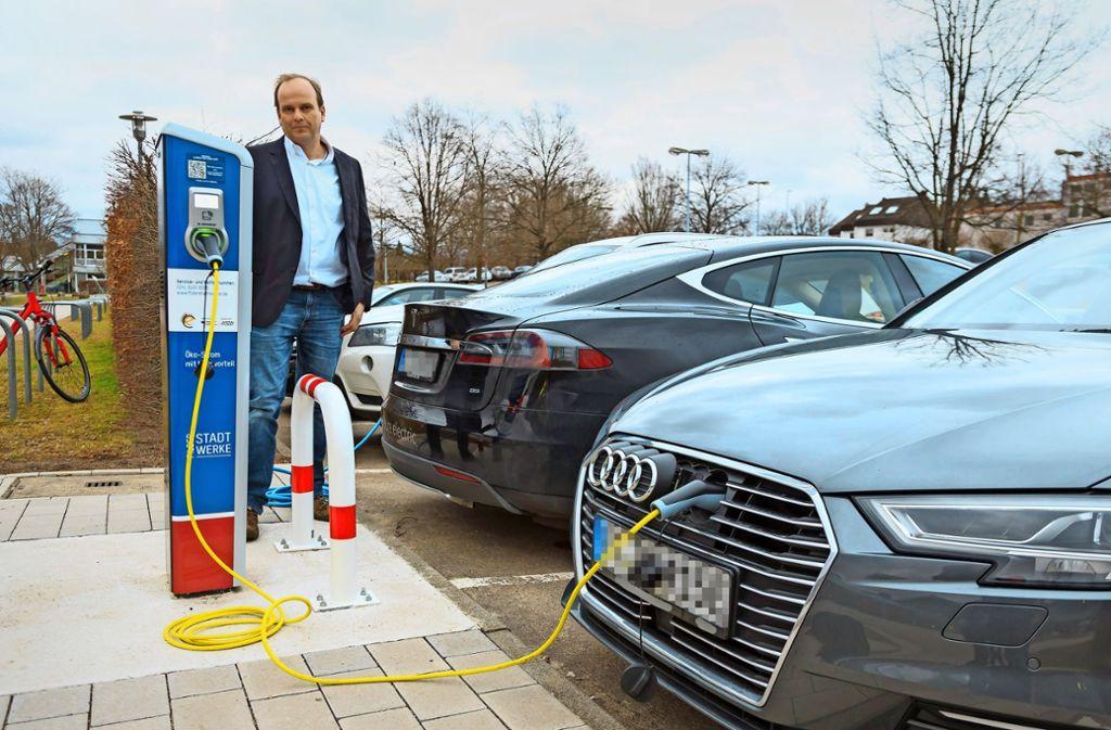 Ralf Wagner tankt am Fildorado in Bonlanden sein Elektrofahrzeug auf. Foto: Thomas Krämer