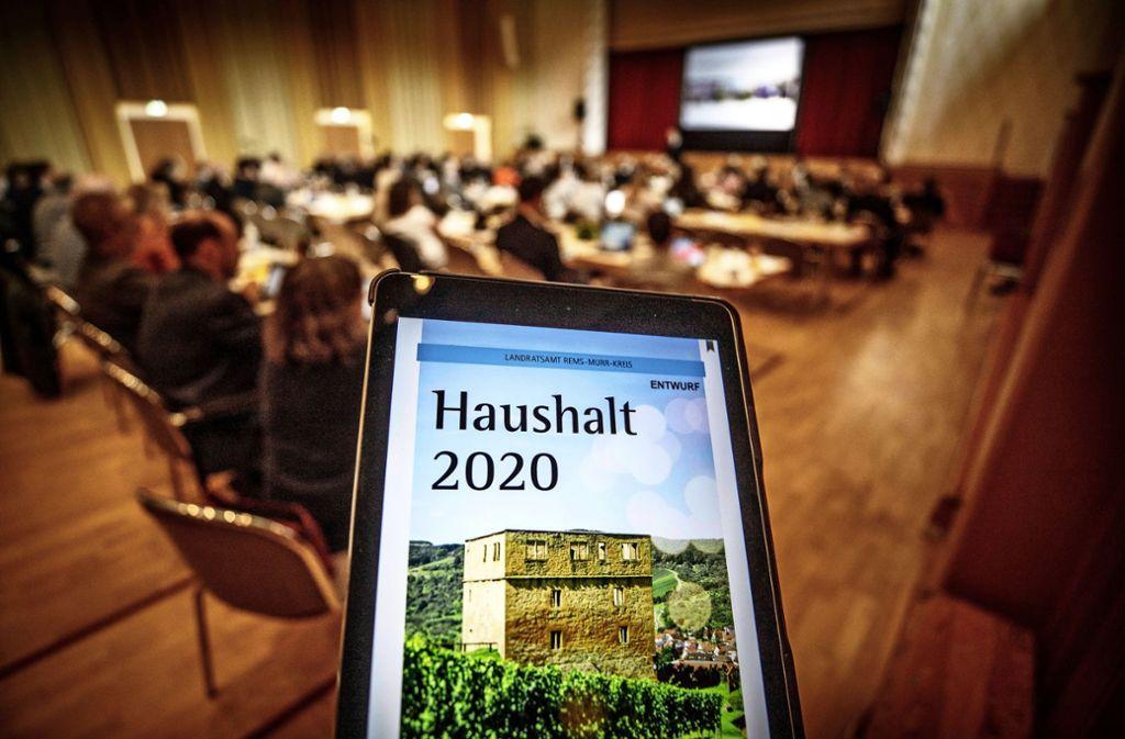 Der mehr als 800 Seiten starke Haushaltsplan ist erstmals fast nur noch digital erhältlich. Foto: Gottfried Stoppel