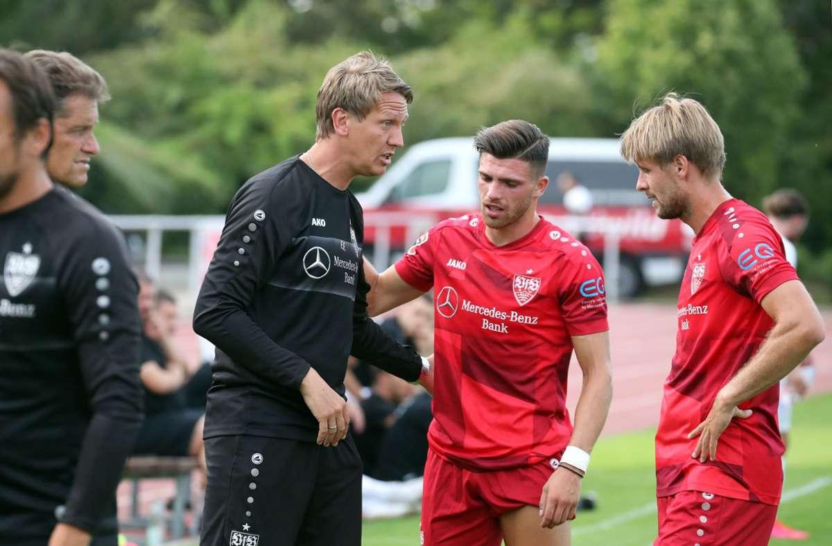Trainer Frank Fahrenhorst spricht mit Nikolaos Zografakis (Mitte) und Marc Stein. Die zweite Mannschaft des VfB steckt bald wieder im Spielbetrieb. (Archivbild) Foto: Pressefoto Rudel/Pressefoto Rudel/Robin Rudel