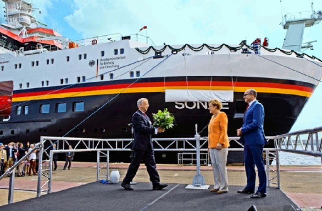 """""""Ich wünsche dir immer eine Handbreit Wasser unterm Kiel."""" Angela Merkel mit Werftchef Bernard Meyer (l.) und Ministerpräsident Erwin Sellering (Meckl.-Vorpommern) Foto: dpa"""