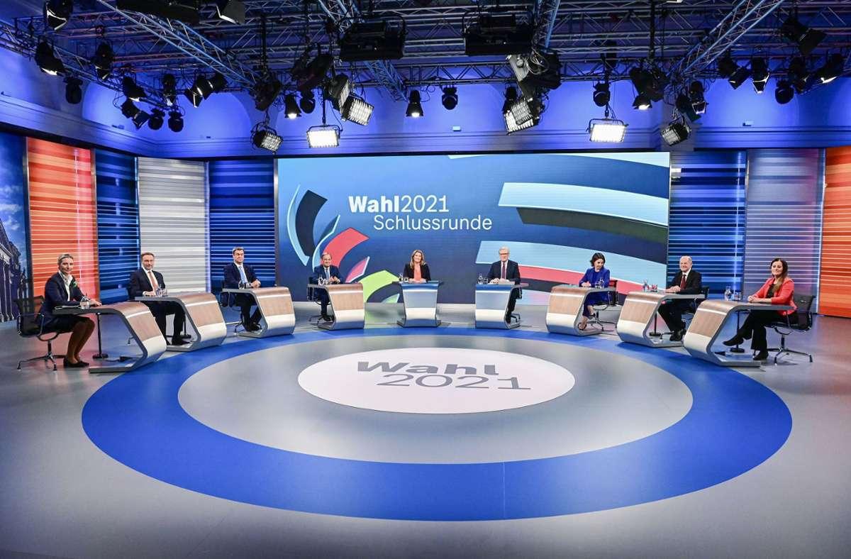TV-Schlussrunde im Wahlkampf mit streitlustigen  Spitzenpolitikern (von links):    Alice Weidel (AfD), Christian Lindner (FDP),   Markus Söder (CSU), Armin Laschet (CDU), die Moderatoren Tina Hassel und Theo Koll,   Annalena Baerbock (Grüne),  Olaf Scholz (SPD)   und Janine Wissler (Linke). Foto: AFP/Tobias Schwarz
