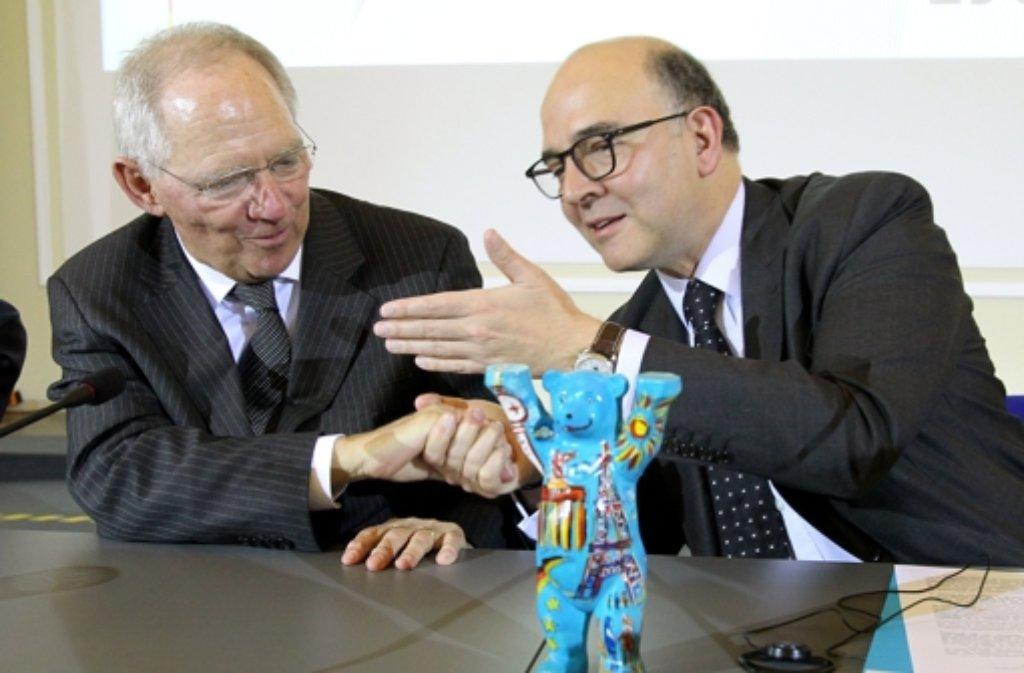Der französische Finanzminister Pierre Moscovici (rechts) verspricht seinem deutschen Amtskollegen Wolfgang Schäuble, das Paris das Sparen nicht vernachlässigt. Foto: dpa