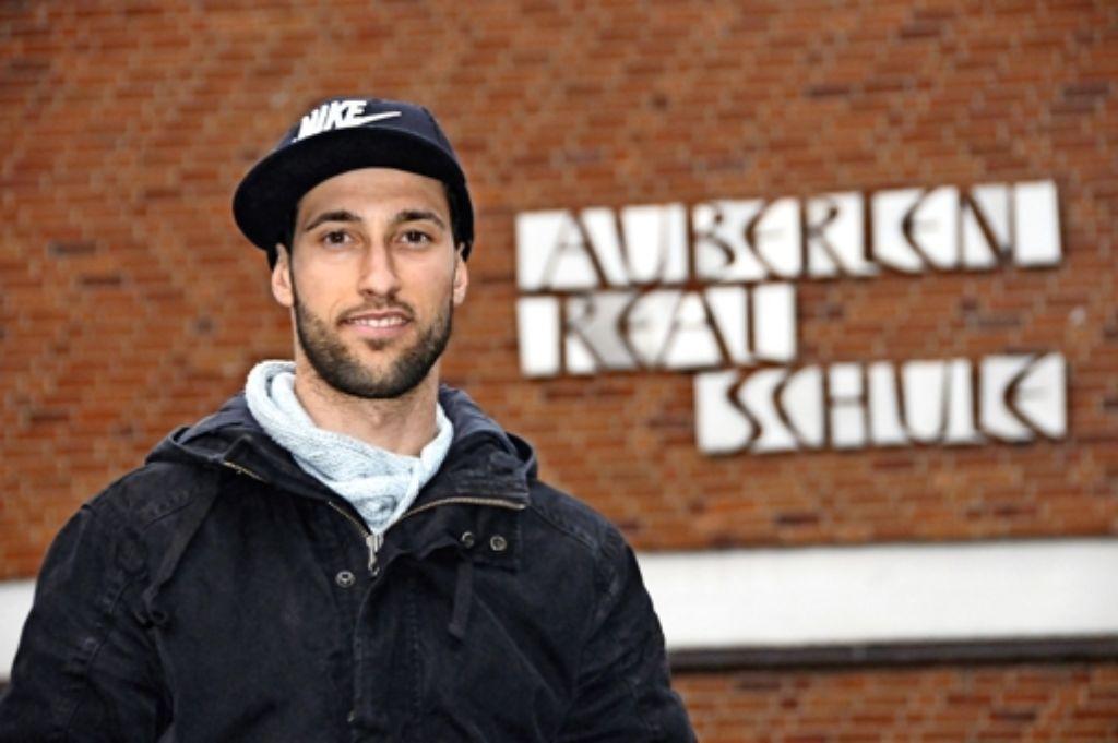 Schöne Erinnerungen: Marco Calamita  vor   der Auberlen-Realschule Foto: Maximilian Hamm