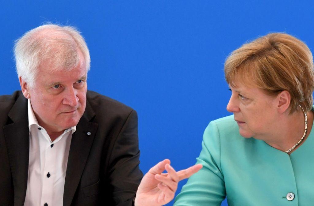 Horst Seehofer und Angela Merkel beraten in Berlin über Streitthemen. Foto: dpa