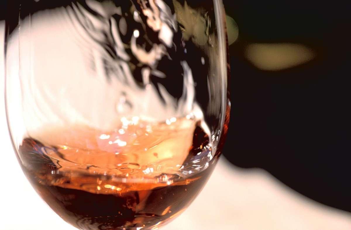 Besonders beliebt bei Frauen: Rosé-Wein wirkt allein wegen seiner Farbe. Foto: dpa/Paul Mayall S2114