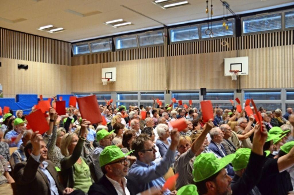 Rote Karten für die Windräder im Tauschwald: Nicht nur Teile des Publikums, auch das bürgerliche Lager der Bezirksbeiräte sprach sich gegen das Projekt aus. Foto: Martin Braun