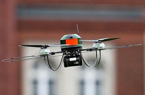 Auch die Polizei rüstet auf und führt eine Drohne für Luftaufnahmen vor. Foto: dpa