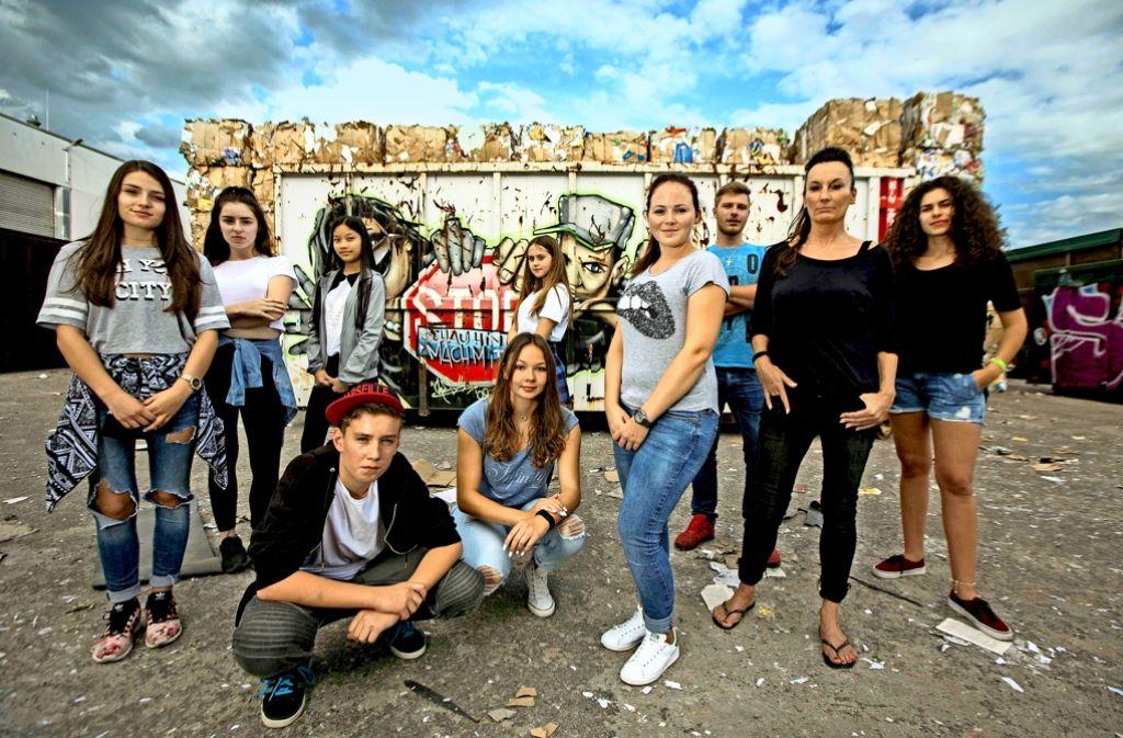 Gegen Gewalt, Drogen und Alkoholexzesse: Simone Thieß (Zweite von rechts) und einige der Jugendlichen die das Take-Care-&-Respect-Festival auf die Beine stellen. Foto: Michael Steinert