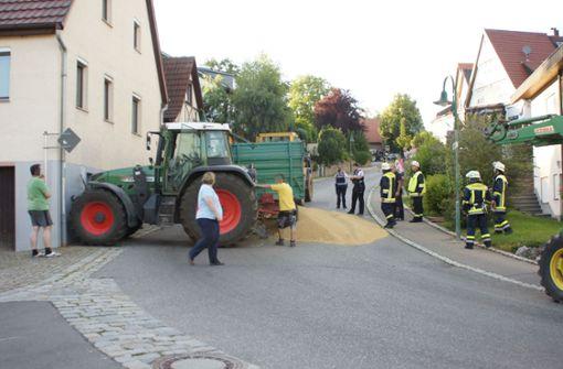 Traktor fährt gegen Hauswand