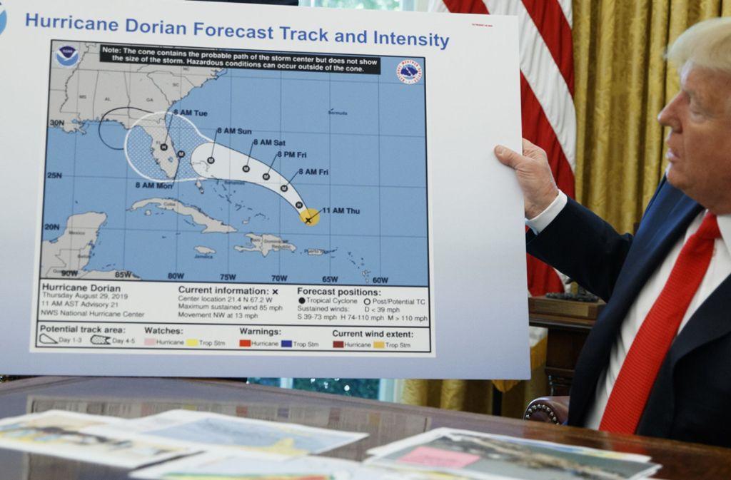 """Donald Trump präsentierte Journalisten eine Karte von Hurrikan """"Dorian"""". Oben links wurde mit schwarzem Filzstift darin eine Kurve gezeichnet. Foto: dpa"""