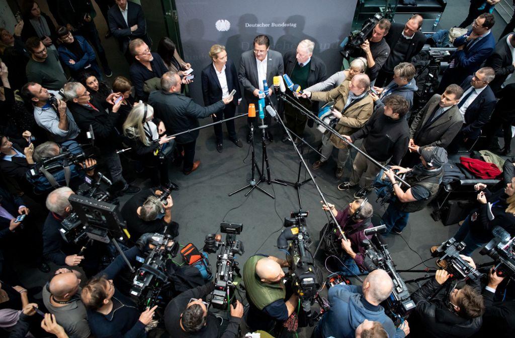 Nach der Abwahl – Stephan Brandner stellt sich Journalistenfragen. Foto: dpa/Bernd von Jutrczenka