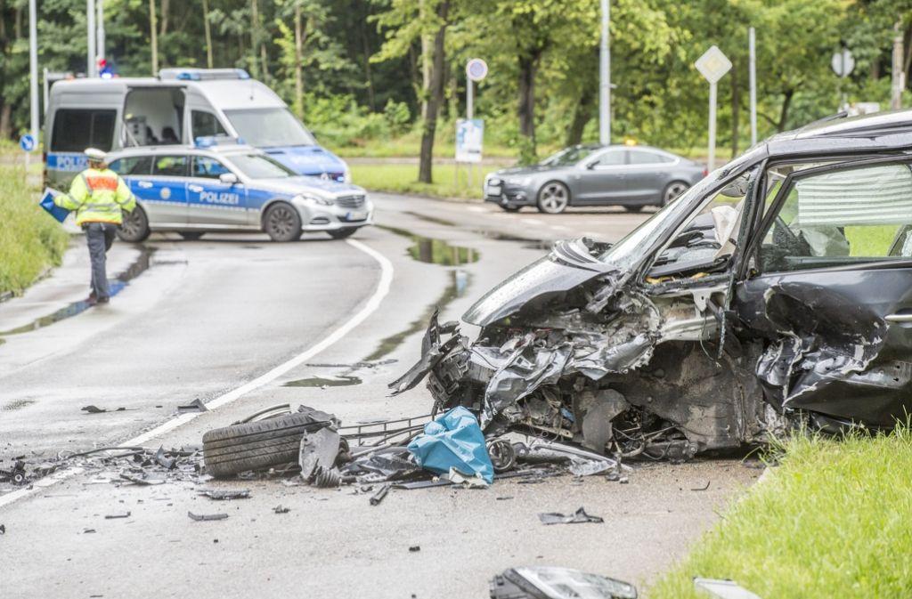 Bei einem schweren Unfall in Stuttgart-Degerloch wurden am Wochenende sechs Menschen verletzt. Foto: 7aktuell.de/Adomat