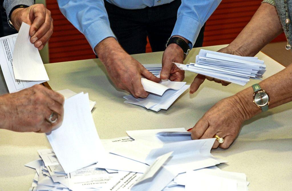 In den Wahllokalen werden die Stimmzettel von Hand ausgezählt. Foto: factum//Jürgen Bach