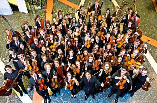 Das Abschlusskonzert wird von Dirigent Alexander Adiarte geleitet.