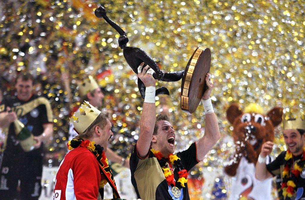 Konfettiregen in Köln: Die deutschen Spieler jubeln mit dem WM-Pokal bei der Siegerehrung nach dem Finalsieg über Polen – Deutschland ist Weltmeister 2007 Foto: dpa