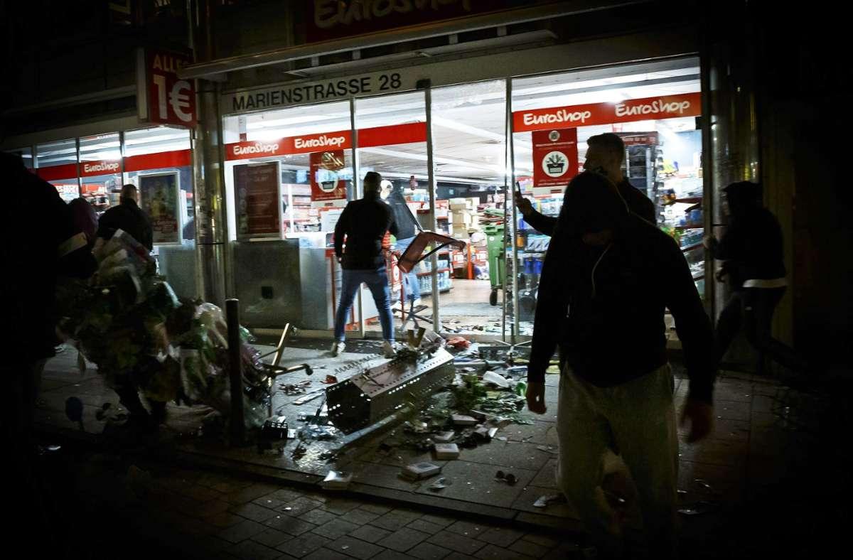 In der Krawallnacht im Juni 2020 ziehen Randalierer durch die City. Foto: dpa/Julian Rettig
