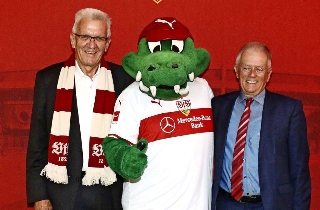 Ministerpräsident Winfried Kretschmann (li.) und Oberbürgermeister Fritz Kuhn (re.) hoffen auf den Klassenverbleib des VfB Stuttgart. Foto: Baumann