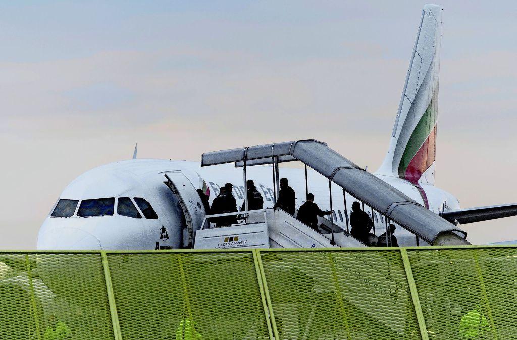 Nach Afghanistan wird aus Deutschland wieder abgeschoben. Der Tübinger Anwalt von Hasmatullah F. schlägt vor,  seinen Mandanten in einen der Retourflüge zu setzen. Foto: dpa