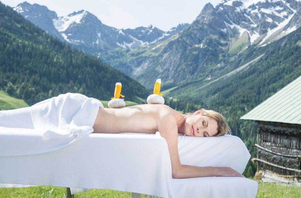 Wellnesshotels mit speziellen Anwendungen, Massagen und Bädern sorgen für Verwöhnmomente im Herbst  Foto: Kleinwalsertal Tourismus eGen