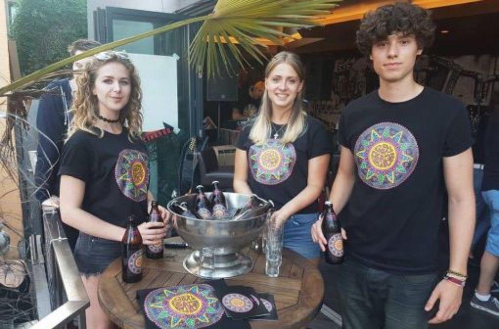 Lukas Dinkelaker samt weiblicher Verstärkung bei der Premiere seines ersten Bieres. Foto: privat