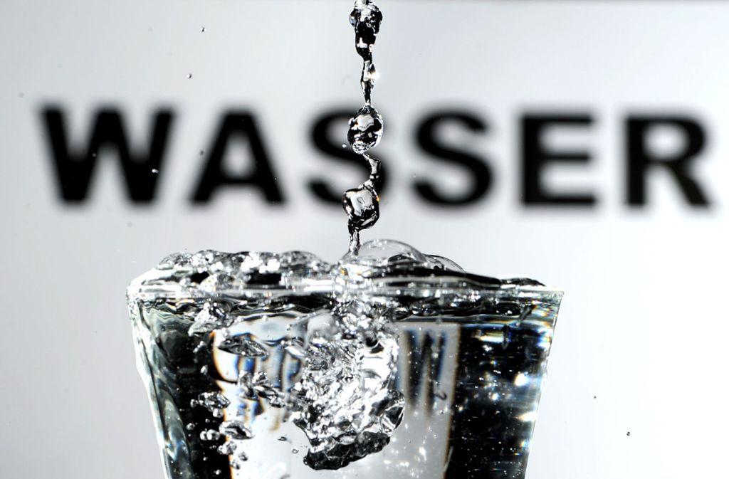 Direkt von der Leitung sollte man das Wasser nicht trinken. (Archivbild) Foto: dpa/Daniel Reinhardt