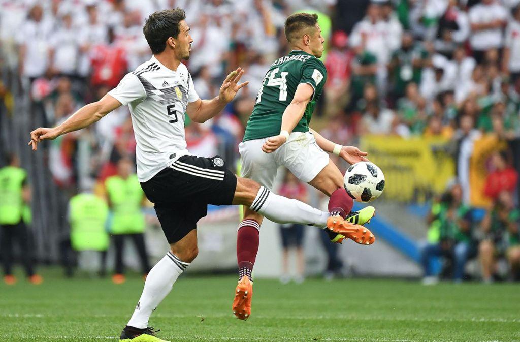 Kann die erneuten Fehler nicht verstehen: Der deutsche Abwehrspieler Mats Hummels (li.) Foto: AFP