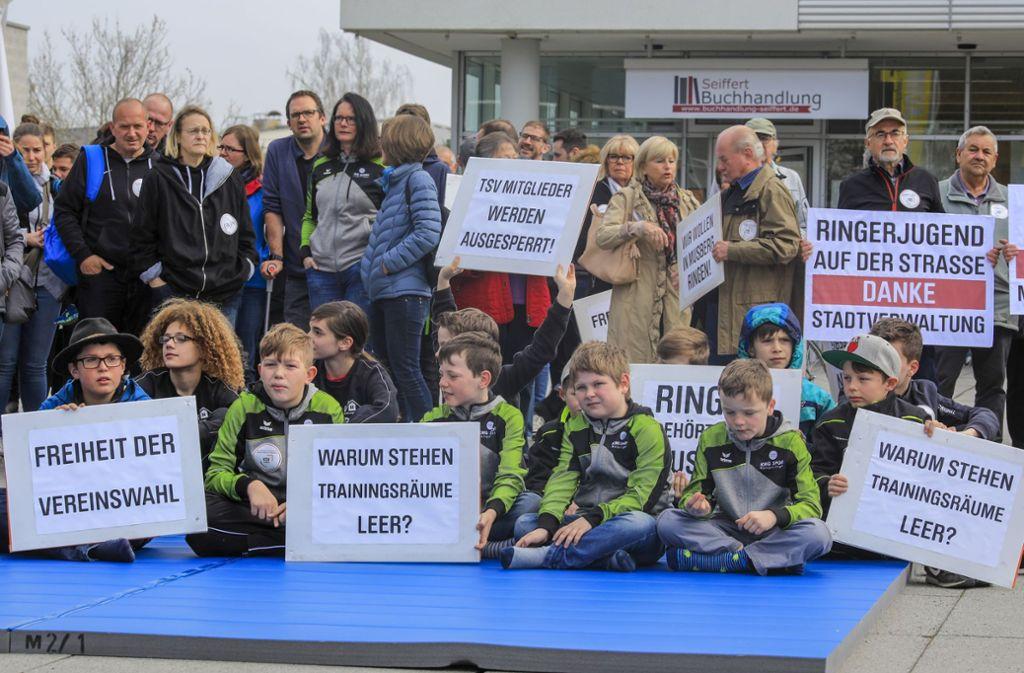 Viele KSV-Mitglieder sind mit Plakaten zu der Kundgebung gekommen. Foto: Thomas Krämer
