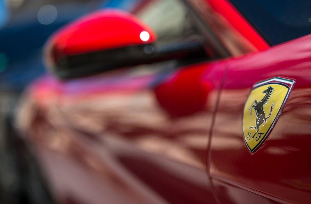 Vier Ferrari-Fahrer lieferten sich auf der A9 laut der Polizei ein Autorennen. Foto: Matthias Balk/dpa