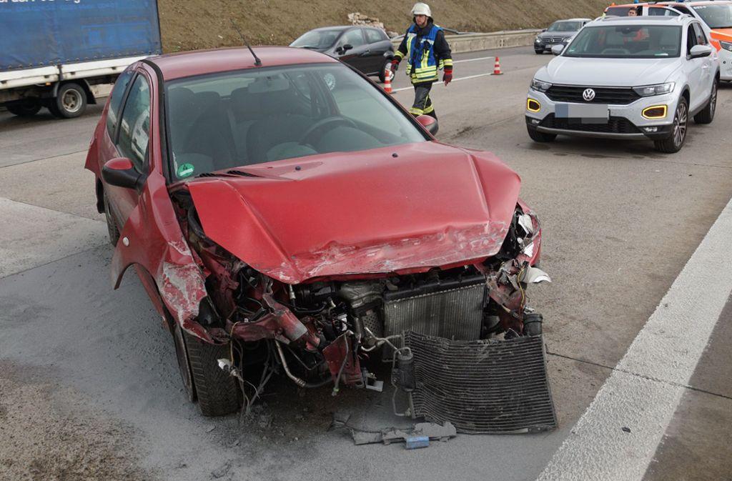 Am Montag gegen 10 Uhr rammte  ein Mercedes-Fahrer auf der A 8 ein vor ihm fahrenden Peugeot und flüchtete. Foto: SDMG/SDMG / Woelfl