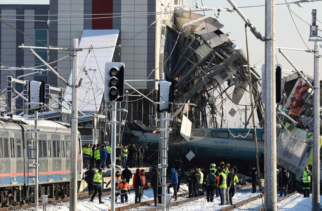Schwerer Unfall am Stadtrand von Ankara: Ein Hochgeschwindigkeitszug kracht in eine Lokomotive, dann in eine Überführung. Foto: AFP