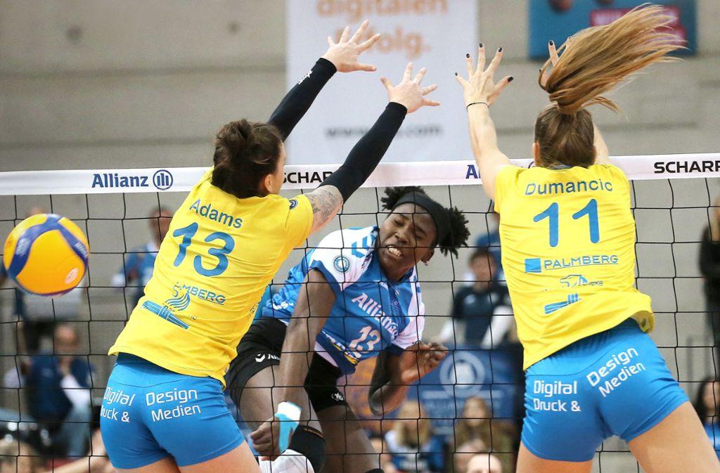 Krystal Rivers schlägt zu: Die Kapitänin von Allianz MTV Stuttgart war im Pokal-Halbfinale gegen den SSC Palmberg Schwerin die dominierende Spielerin. Foto: Pressefoto Baumann/Julia Rahn