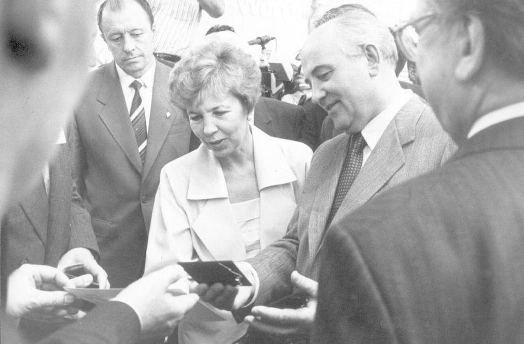 Raissa und Michail Gorbatschow beim Staatsbesuch 1989 in Stuttgart. Foto: Kraufmann